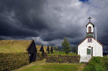 Dunkle Wolken über der Kirche von Keldur von Reinhard  Pantke