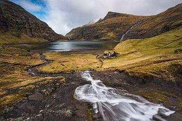 Waterval over de baai van Saksun van Denis Feiner