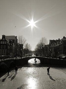Schaatsen op de Amsterdamse grachten. von Frank de Ridder