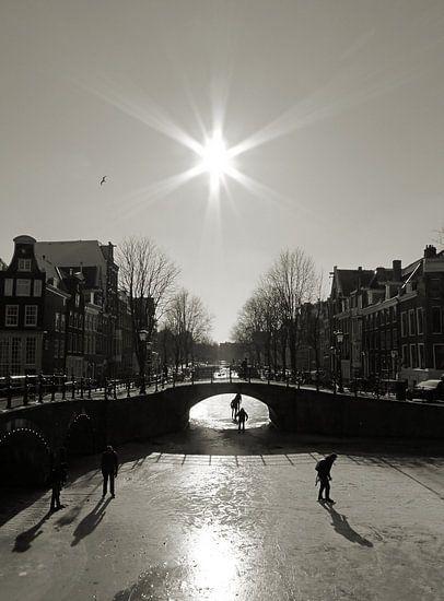 Schaatsen op de Amsterdamse grachten. van Frank de Ridder
