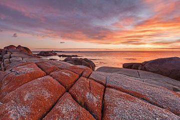 Lever de soleil dans la baie des Feux en Tasmanie sur Jiri Viehmann