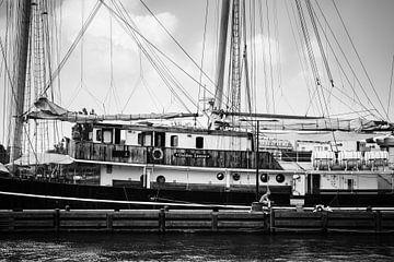 Oud zeilschip aan de kade in Amsterdam van Bart Rondeel