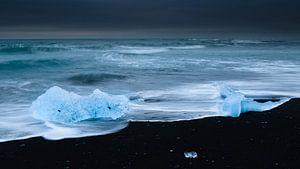 Ijs op het zwarte strand
