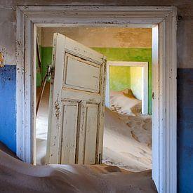Zandduinen in huis - verlaten plek - Kolmanskop - Namibië van Marianne Ottemann - OTTI