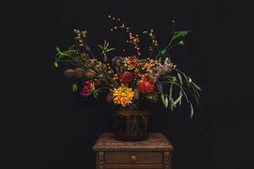 Oranje bloemen in vaas, orange flowers in a vase van Corrine Ponsen