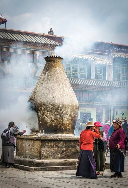 Straatbeeld in Lhasa, Tibet van Rietje Bulthuis