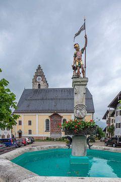 Kerk en standbeeld van de Heilige Floriaan op de marktfontein, Markt Neubeuern, Opper-Beieren, Beier van Torsten Krüger