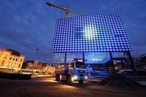 TivoliVredenburg in aanbouw in Utrecht met tijdelijke verlichting van de gevel (2)
