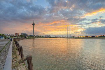 Uitzicht op Düsseldorf vanaf de Rijnboulevard van Michael Valjak