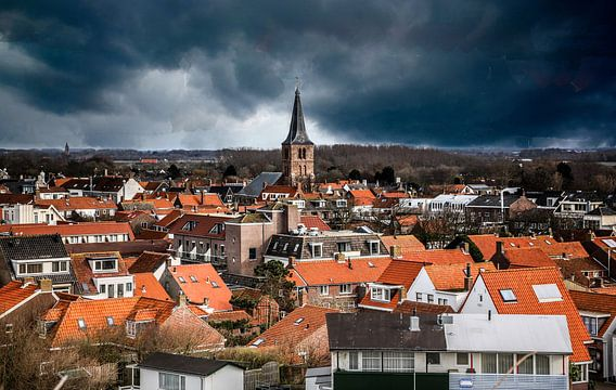 Domburg ligt onder een dreigende onweerslucht