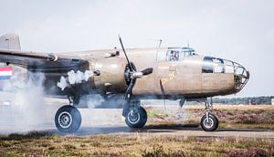 Motorstart van een B-25 Mitchell van Floris Oosterveld