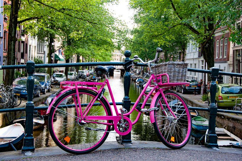 Roze fiets in Amsterdam van Ton de Koning