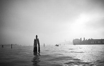 Venedig Lagune im Nebel. von Karel Ham