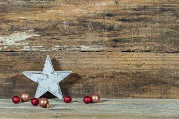 Kerstmis houten achtergrond met ster vorm en kerstballen decoratie van Alex Winter