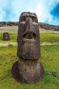 Statue de l'île de Pâques (moai) dans la carrière de Rano Raraku sur l'île de Pâques, au Chili, en P sur WorldWidePhotoWeb