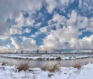 Windmühlen an dem Fluss Zaan und in einem schneebedeckten Feld, Zaandam, Nordholland, die Niederland von