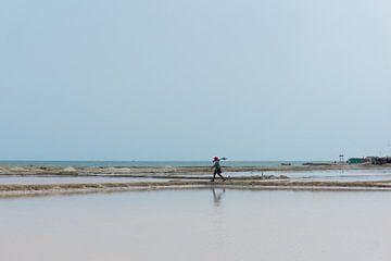 Werker op zoutvlaktes in Manaure, Colombia van