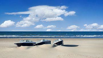 Speedboats auf einem leeren tropischen Strand gegen einen blauen Himmel von Tony Vingerhoets