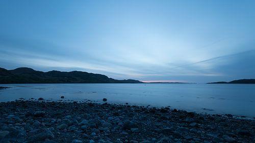 Blauwe zonsondergang aan de Schotse westkust van