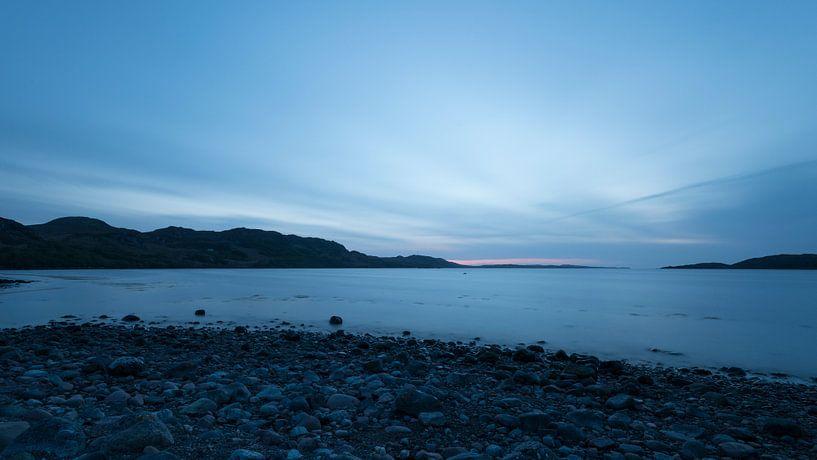 Blauwe zonsondergang aan de Schotse westkust von Rob IJsselstein