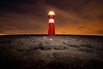 Kleiner klassischer Leuchtturm an der niederländischen Küste von Fotografiecor .nl