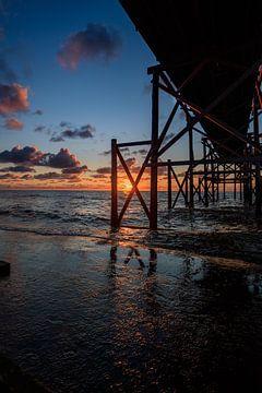 Pier met een serene zonsondergang van Björn van den Berg