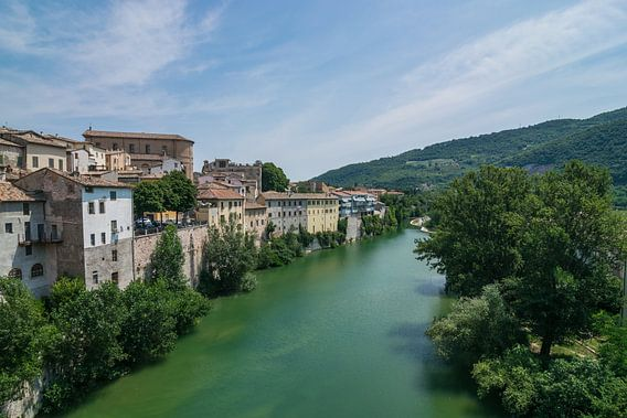 Mooi zicht op het middeleeuwse Fossombrone in Italie