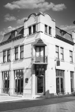 Ein weißes leeres Gebäude im Stadtzentrum von J..M de Jong-Jansen