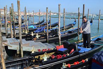 Italië, Venetië: gondelier bij  de Canal Grande van Getty Betlem