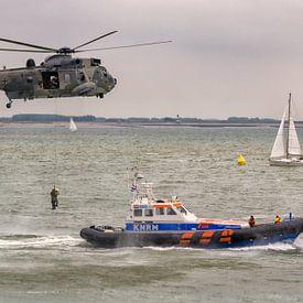 Niederländischen Rettungsboot und Deutschen Marine Sea King Hubschrauber von Roel Ovinge