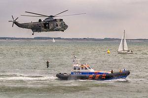 """KNRM Reddingboot """"Zeemanshoop"""" en Duitse Sea King helikopter van"""