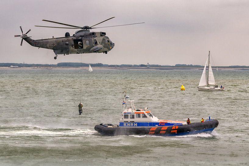 """KNRM Reddingboot """"Zeemanshoop"""" en Duitse Sea King helikopter van Roel Ovinge"""