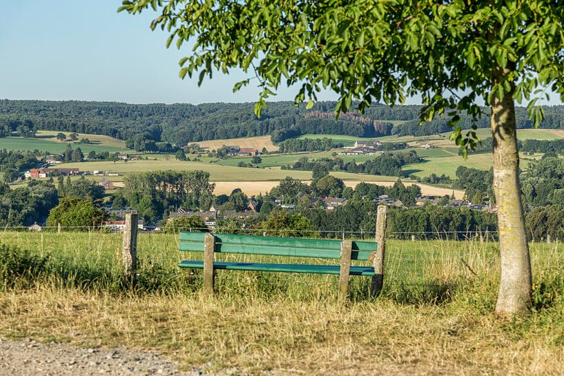 Uitzicht op de Zuid-Limburgse heuvels bij Vaals van John Kreukniet
