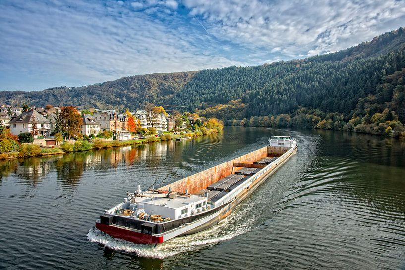 Beladen binnenvaartschip op de Moezel in de herfst. van Jan van Broekhoven