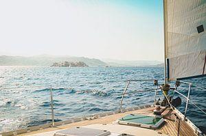 Zeilen voor de kust van Griekenland