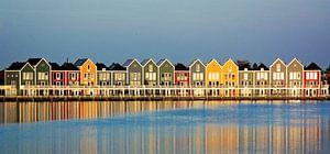 Kleurrijke huizen aan de Rietplas in Houten van