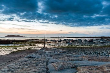 Hafen von Port Le Epine, Bretagne, bei Sonnenuntergang von Evert Jan Luchies