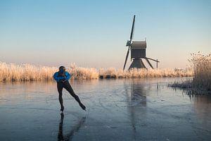 Oud-Hollands schaatsen langs molen en riet met rijp