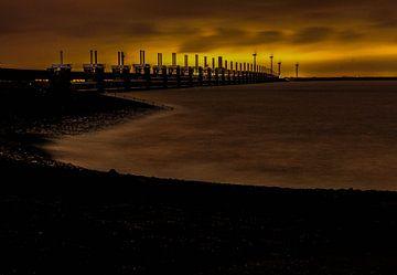 Stormvloedkering Zeeland in de schemering. van Hartsema fotografie