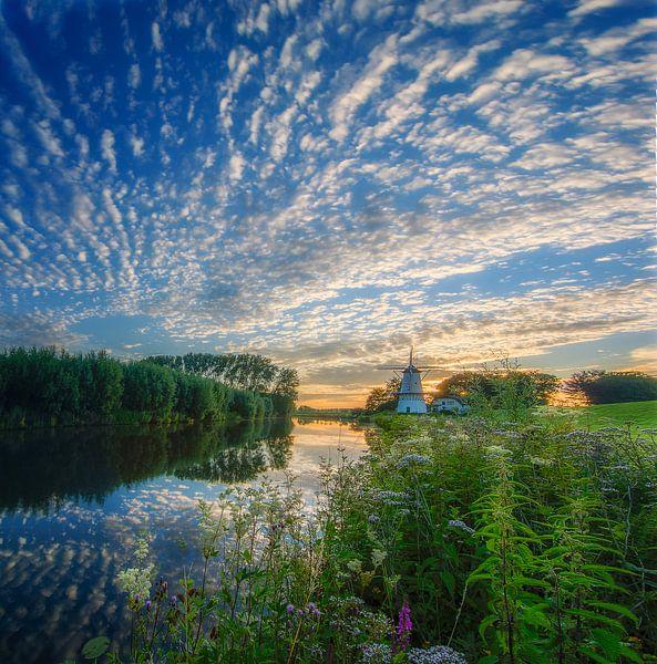 Panorama van zonsondergang Molen de Vlinder langs de rivier de Linge