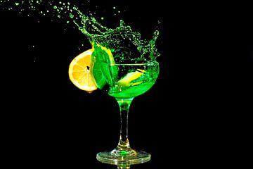 Cocktail splash met een schijfje citroen van Nisangha Masselink