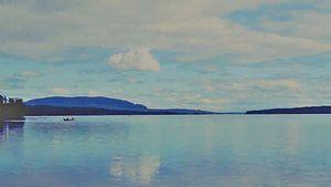 Vissers op een Boot op een meer tussen Bos en Bergen - Schilderij