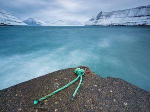 Jetée de bateaux dans le fjord près de Funningur