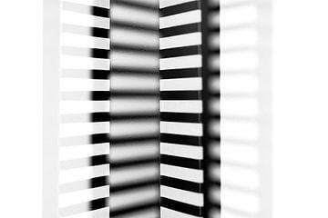 Schwarz und weiß gestreiftes abstraktes Muster mit Tropfen von Lisette Rijkers