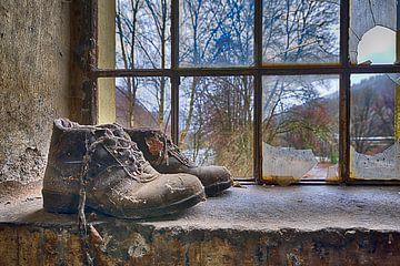 Schuhe im Fensterrahmen von Anton Osinga