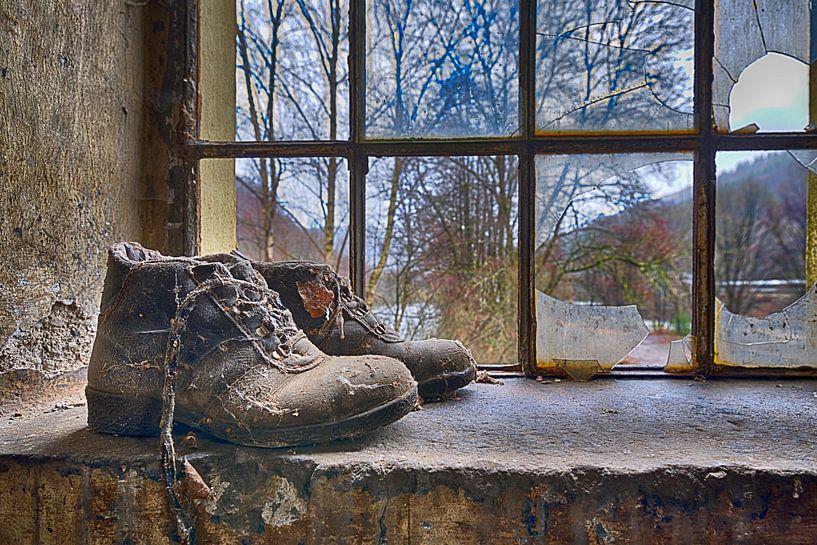 Schoenen in het raamkozijn van Anton Osinga