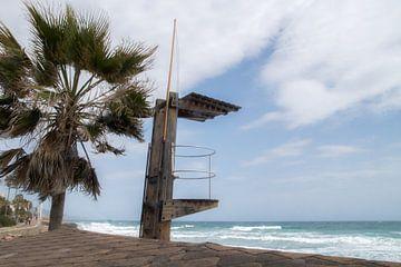 Uitkijkpost op het strand. van Anita Lammersma