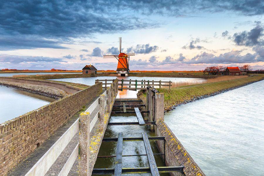"""Poldermolen """"Het Noorden"""" op Texel, bij zonsopkomst"""