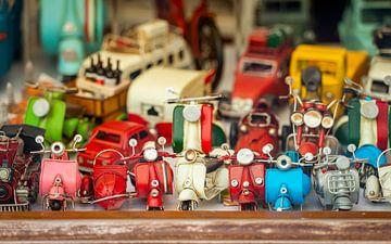 Handgefertigte Spielzeugscooter im Schaufenster von Jenco van Zalk