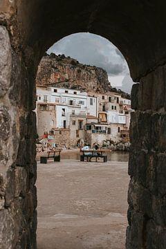 Uitzicht op de oude gebouwen van Cefalu, Sicilië, Italië van Manon Visser